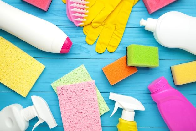 Conjunto de herramientas de limpieza en una pared azul. vista superior