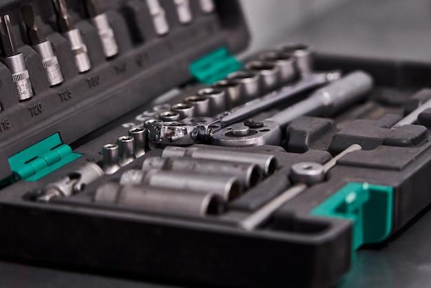 Conjunto de herramientas mecánicas de automóviles en taller de reparación de automóviles