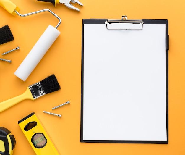 Conjunto de herramientas y portapapeles vacío con espacio de copia