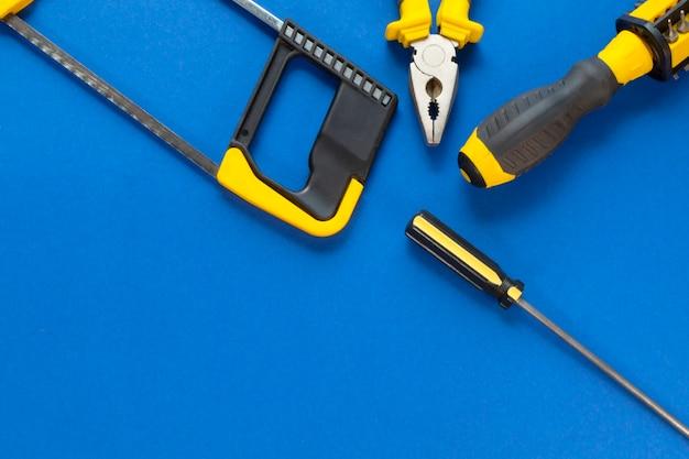 Un conjunto de herramientas para reparación aislado sobre un fondo azul.