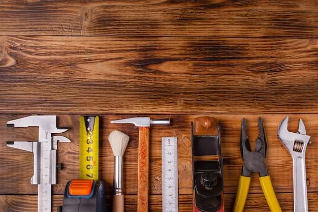 Conjunto de herramientas en el tablero de madera