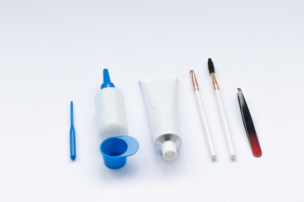 Conjunto de herramientas para el teñido y corrección de cejas.