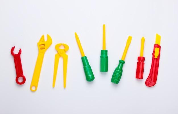 Conjunto de herramientas de trabajo de juguete para niños en un blanco