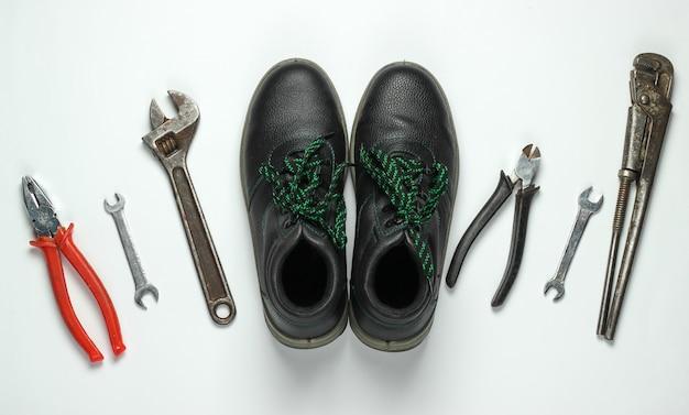 Conjunto de herramientas de trabajo profesional sobre un fondo blanco. vista superior
