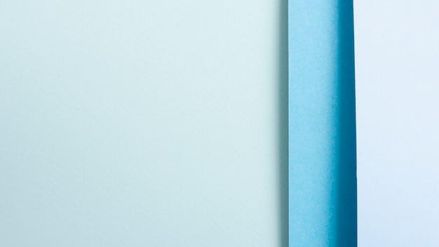 Conjunto de hojas de papel alineadas en tonos azules con espacio de copia
