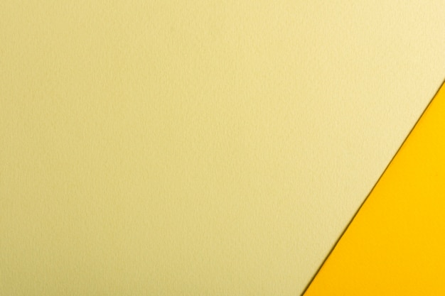Conjunto de hojas de papel en tonos amarillos con espacio de copia