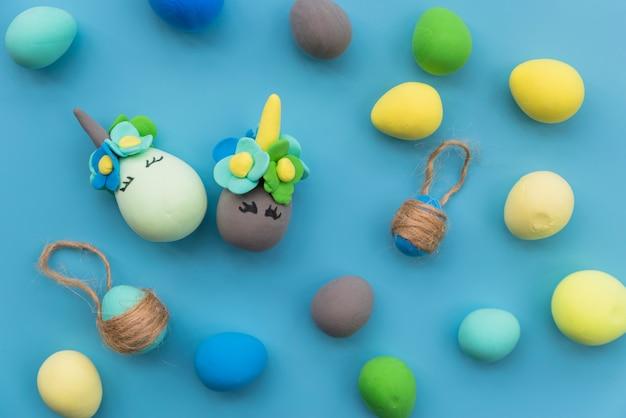 Conjunto de huevos con caras divertidas.