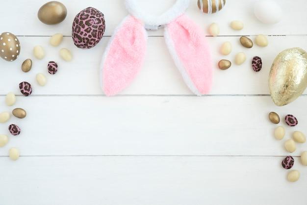 Conjunto de huevos de chocolate y orejas de conejo de pascua.