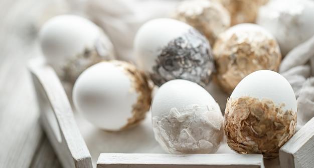 Un conjunto de huevos de pascua bellamente decorados. concepto de vacaciones de semana santa.