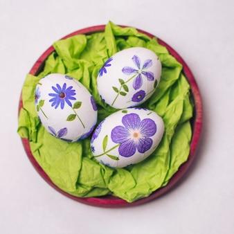 Conjunto de huevos de pascua decorados en bandeja.