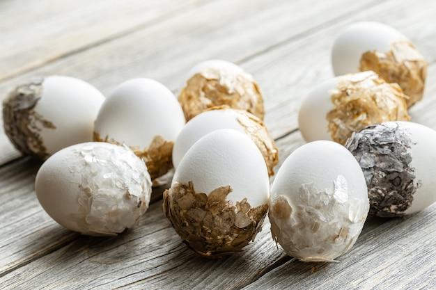 Conjunto de huevos de pascua festivos sobre un fondo borroso. concepto de vacaciones de semana santa.