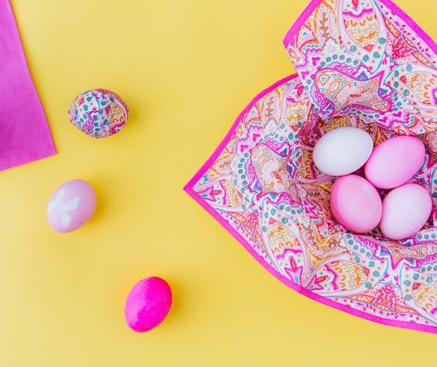 Conjunto de huevos de pascua rosa en servilleta