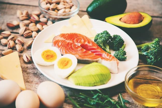 Conjunto de ingredientes alimentarios de dieta ceto. enfoque selectivo. naturaleza,