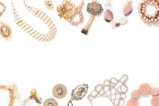 Conjunto de joyas de mujer en estilo vintage collar de camafeo perla pulsera de cadena pendientes sobre fondo blanco.
