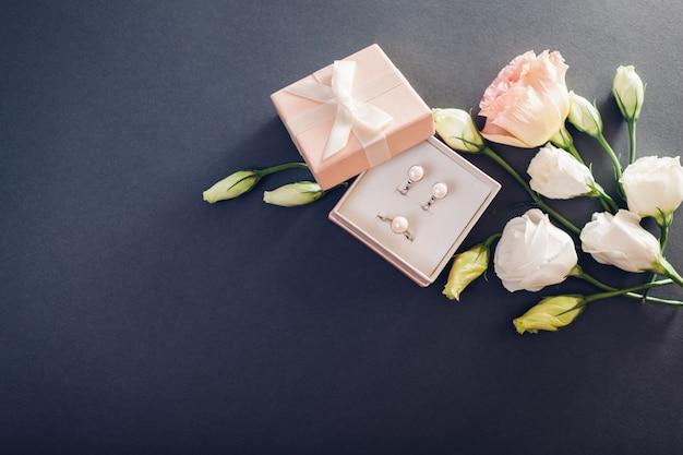 Conjunto de joyas de perlas en caja de regalo con flores. pendientes y anillo de plata con perlas como regalo.