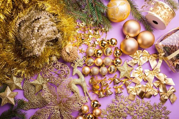 Conjunto de juguetes y guirnaldas de navidad y año nuevo para la decoración.