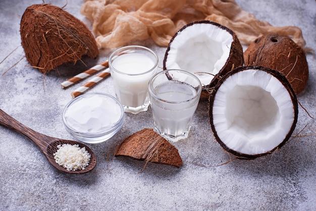 Conjunto de leche de coco, agua, aceite y virutas.