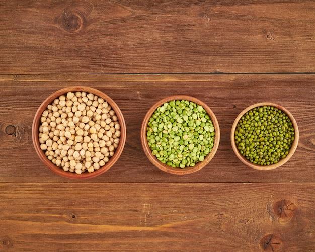 Conjunto de legumbres, frijoles para la dieta vegana de proteínas sin gluten, guisantes verdes, garbanzos, mung, vista superior