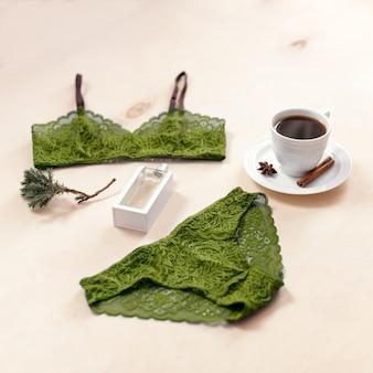 Conjunto de lencería elegante de encaje sexy con taza de café