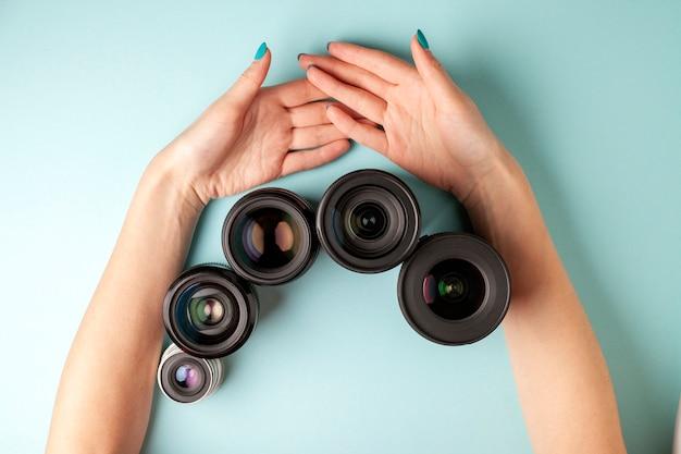 Conjunto de lentes fotográficas, la selección y comparación de equipos fotográficos, las manos sostienen equipos fotográficos