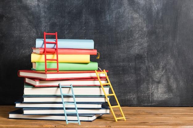Conjunto de libros y escaleras.