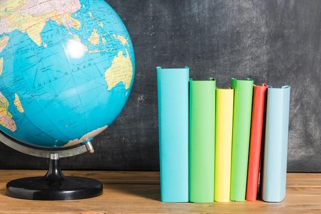 Conjunto de libros multicolores y globo