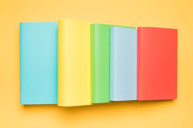 Conjunto de libros en portadas coloridas y brillantes