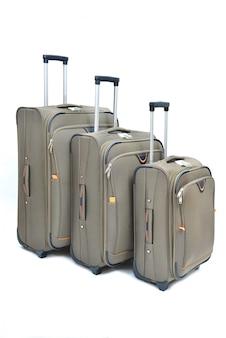 Conjunto de maletas marrones grandes, medianas y pequeñas aisladas en blanco.