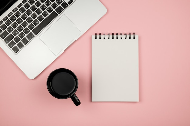 Conjunto de maquetas de diseño creativo de escritorio de área de trabajo con notebook