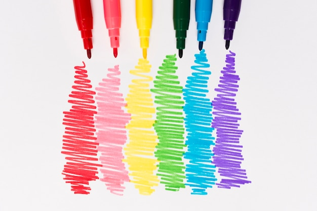 Conjunto de marcadores de vista superior en colores del arco iris