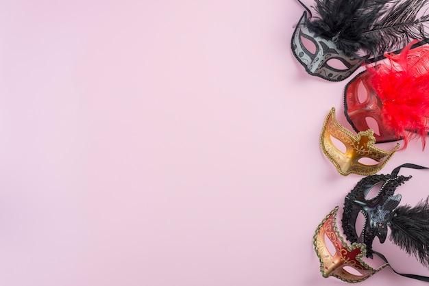 Conjunto de máscaras ornamentadas.