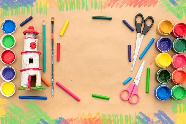 Un conjunto de materiales para la creatividad y el dibujo. aficiones.