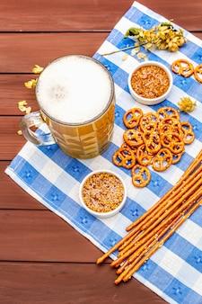 Conjunto oktoberfest. cerveza ligera, pretzels, mostaza, sésamo, lúpulo.