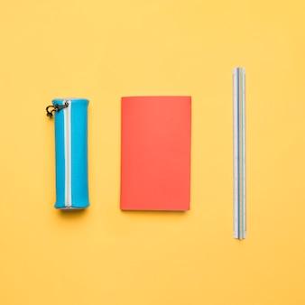 Conjunto ordenado de útiles escolares coloridos