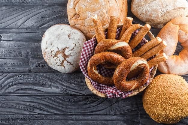 Conjunto de panecillos turcos y productos de panadería en una superficie de madera gris. vista superior.