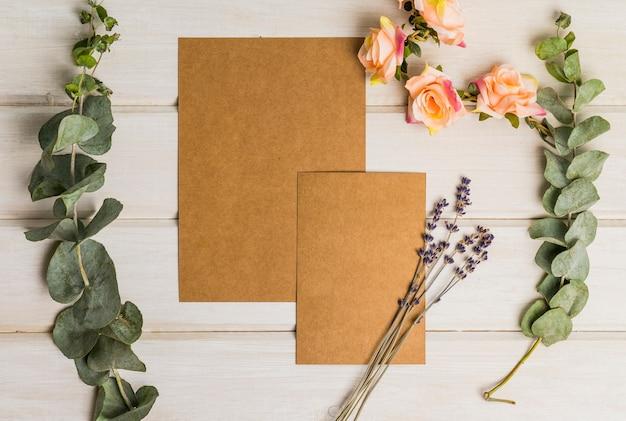 Conjunto de papelería en blanco con flores y cartón