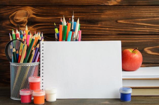 Conjunto de papelería escolar para escritura y dibujo creativo, espacio de copia, concepto de regreso a la escuela