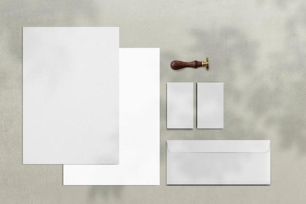 Conjunto de papelería de marca de identidad corporativa simple.