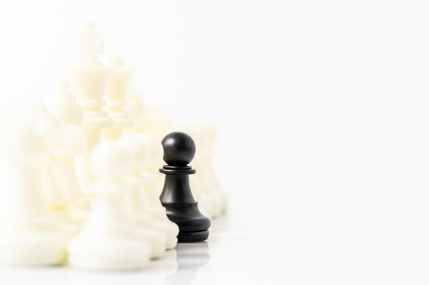 Conjunto de piezas de ajedrez en blanco y negro sobre fondo blanco