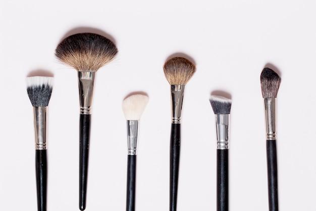 Conjunto de pinceles de maquillaje en blanco