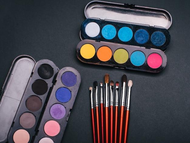 Conjunto de pinceles de maquillaje y paleta con sombra de ojos de color