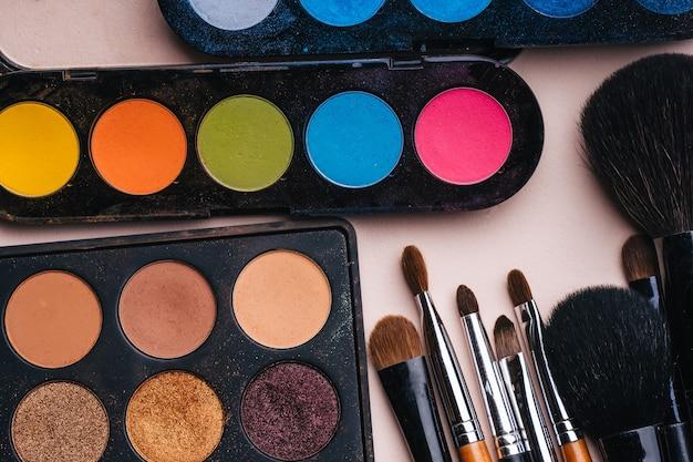 Conjunto de pinceles de maquillaje profesional y una paleta.
