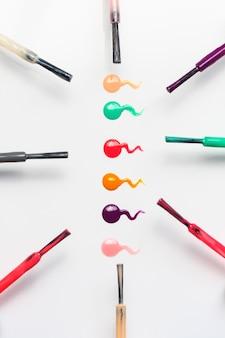 Conjunto de pinceles de uñas multicolores y gotas