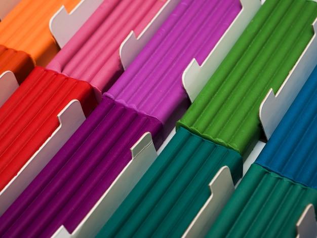 Conjunto de plastilina de colores. pieza de arcilla de modelado de arco iris para juego de niños y creatividad.