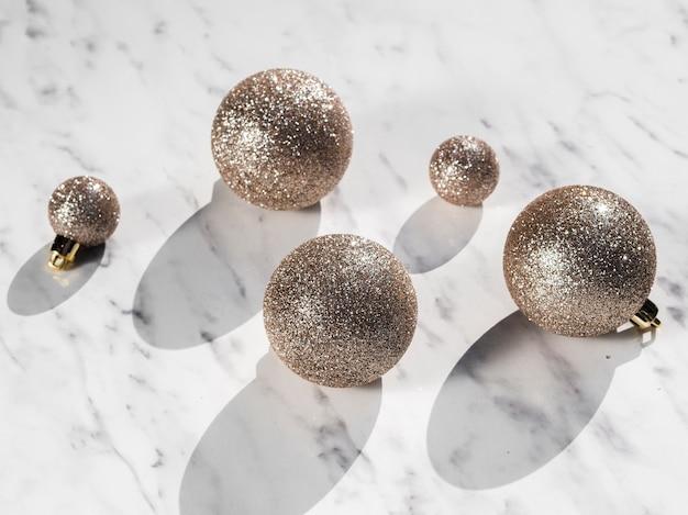 Conjunto de primer plano de bolas de navidad