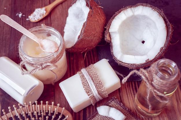 Conjunto de productos de coco para el cuidado del cabello y el cuerpo.