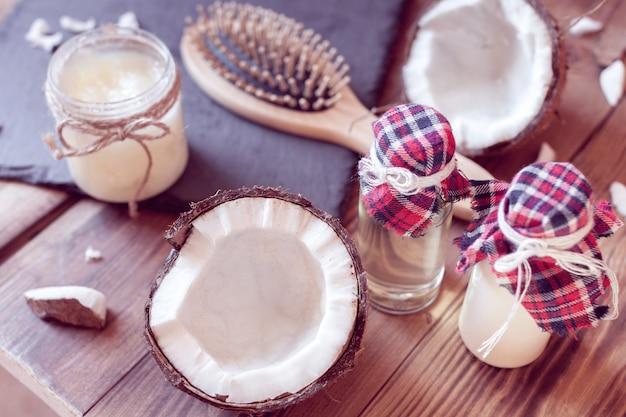 Conjunto de productos de coco para el cuidado del cabello.