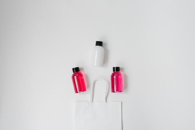 Conjunto de productos cosméticos para ducha o baño.