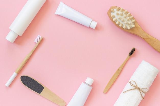 Conjunto de productos cosméticos y herramientas para ducha o baño con espacio de copia para texto