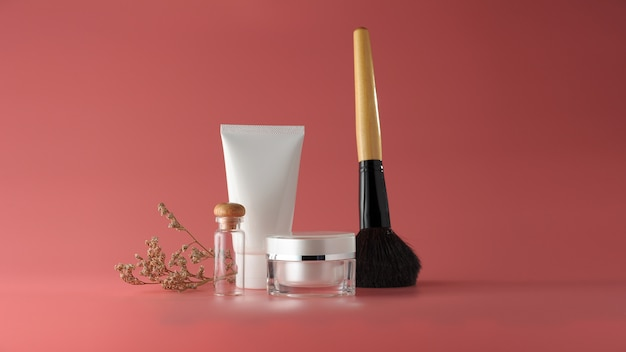 Conjunto de productos cosméticos sobre un fondo de color.